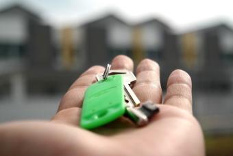 С какого возраста можно снимать квартиру или гостиницу?