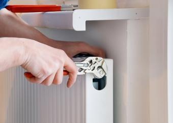 Как и кем осуществляется замена батарей отопления в квартире?